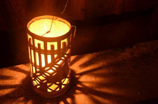 ベンガラ焼きの灯籠は暗くなるにつれ、輝きが増してくる。