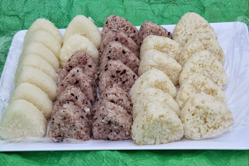 お昼に出てきた宇治町産コシヒカリ・黒米・もち麦のおにぎり