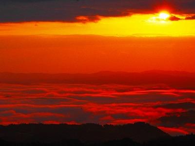 朝日に照らされる雲海は神秘的