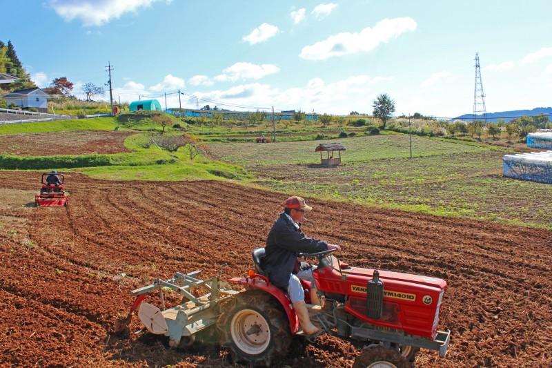 耕作放棄地を耕すメンバー