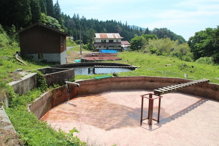 アマゴの養殖池。2014年春に訪れた時は、池の修復作業をおこなっていた。