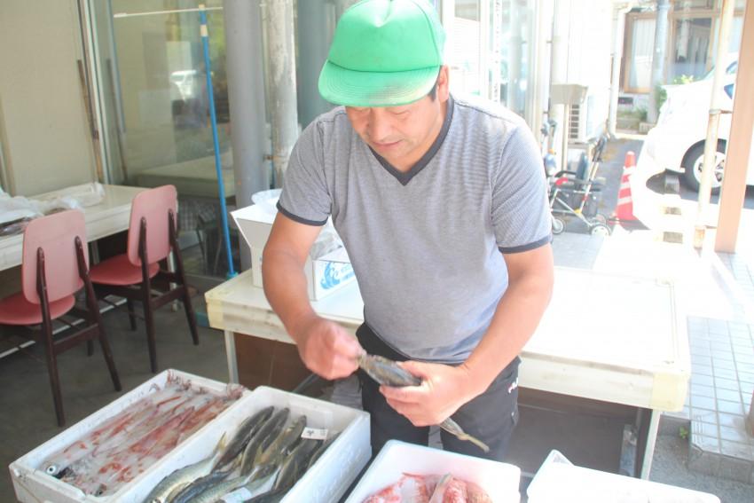 華麗な手さばきで魚を捌くオジちゃんに惚れそう。