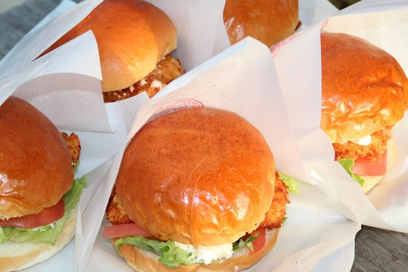 最近誕生した鱧カツバーガーも大人気商品。双海町よ一体どこまで儲けるんだ。