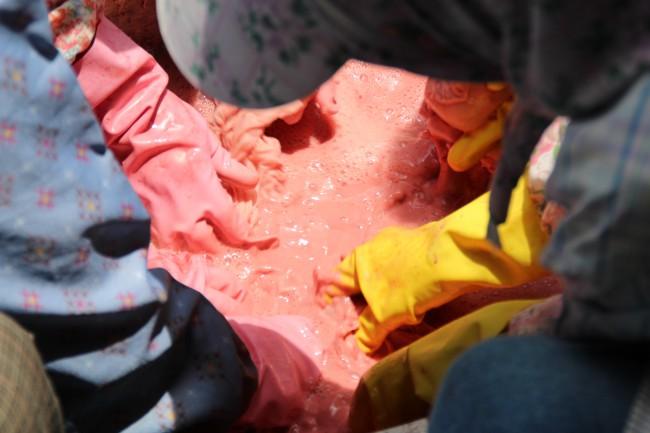 ベンガラの液を布に揉み込み染め上げる