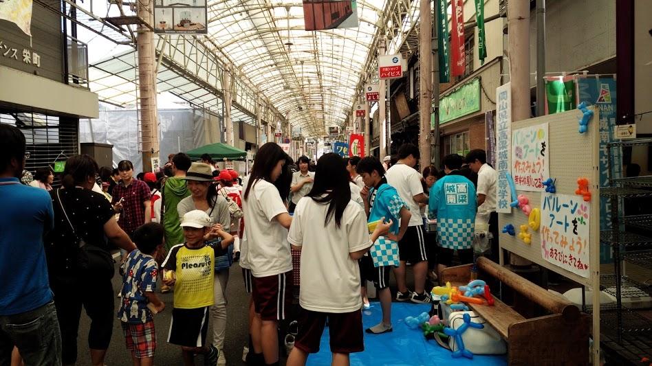 わくわく子どもフェスタ。店番している小学生の姿も。