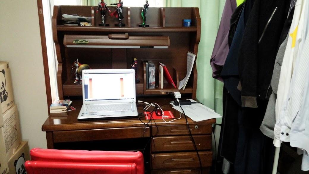 部屋に机置きました。