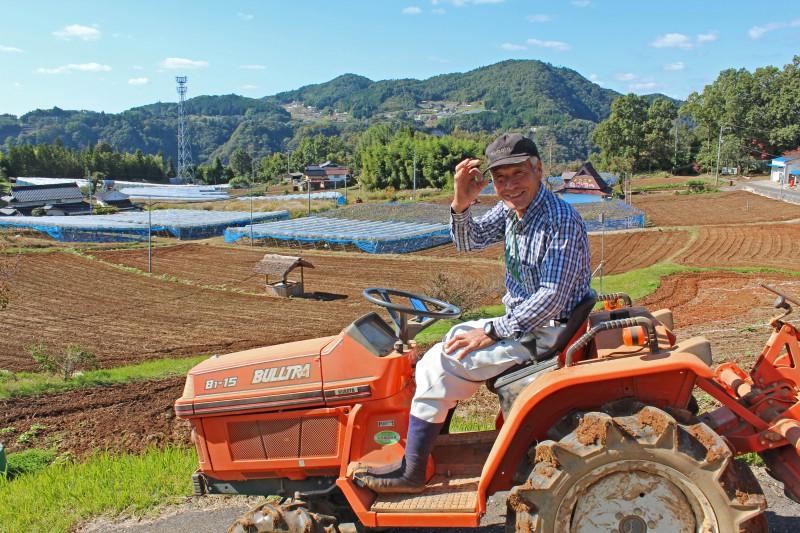 耕作放棄地を耕す沖島さん。笑顔が眩しい!
