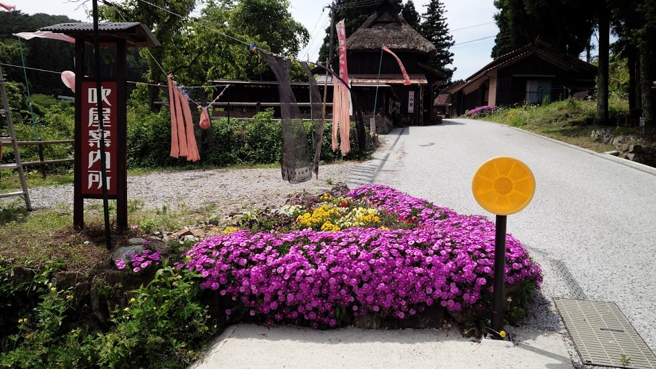 吹屋入口。干されているベンガラ染めが鮮やかです