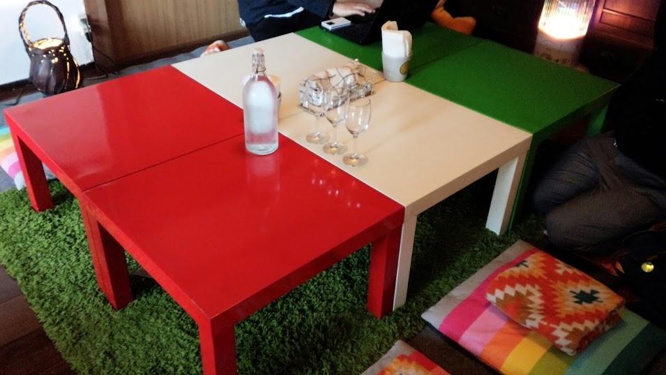 テーブル。中央にあるのは水。おしゃれ。