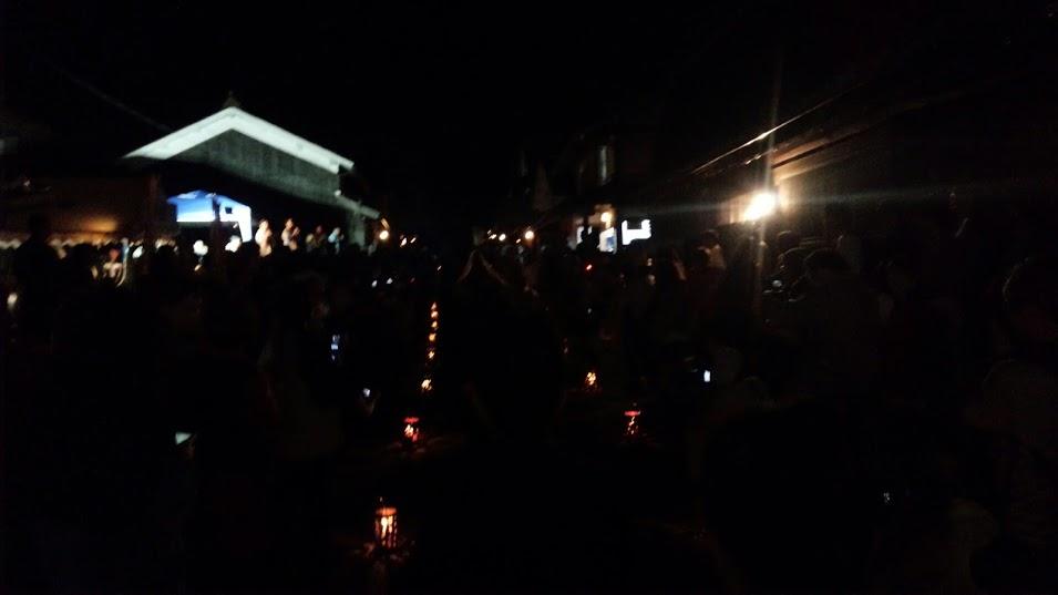 暗がりの中にたくさん人がいます