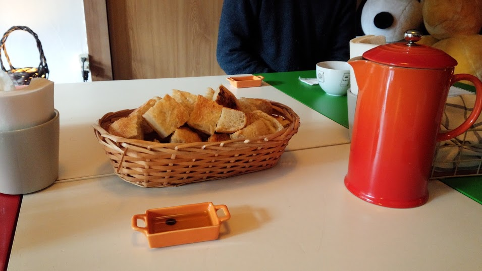 パンも出してくれます。ちなみに横の赤いのが炙り番茶。