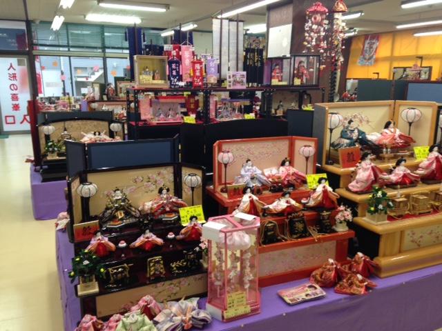 様々な人形が展示販売されている。